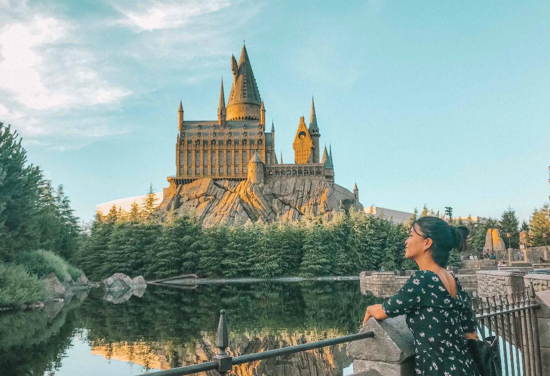 A Fan In Front Of Hogwarts In Universal Studios